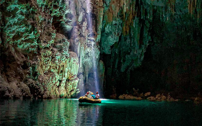 O lago de águas cristalinas ganha novas nuances com os raios do sol. (Foto: @maladeviagem)
